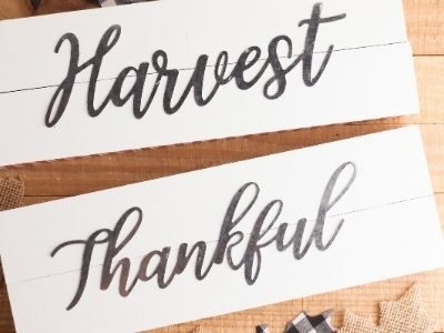 finished DIY fall signs that say Harvest and Thankful