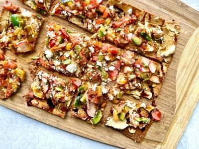 Vegetarian Flatbread with Hummus – An Easy Healthy Lunch!