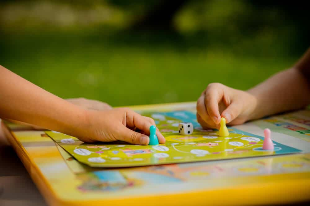 2 kids playing a board game